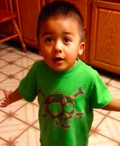 Un niño de 3 años sostiene un gran debate con su madre por un Cupcake